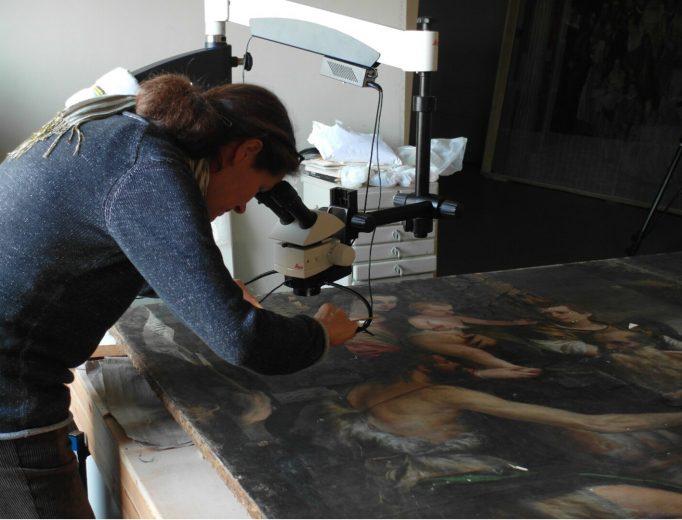 Dipl.-Rest. Kathrin Jacob bei Voruntersuchungen von Paolo Veroneses »Madonna der Familie Cuccina«.<br>Foto: Sabine Posselt