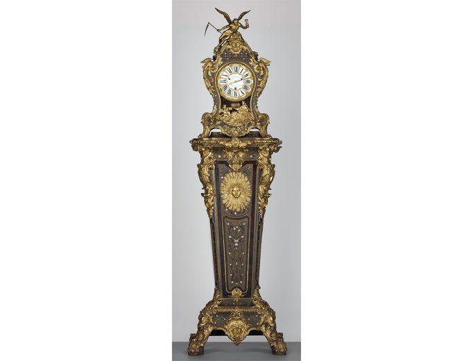 Pendule 73616-1 auf hohem Sockel 37616-2, signiert Jean-Pierre Latz<br>Paris 1739<br>Foto: Hans-Peter Klut & Elke Estel<br>© Kunstgewerbemuseums, SKD