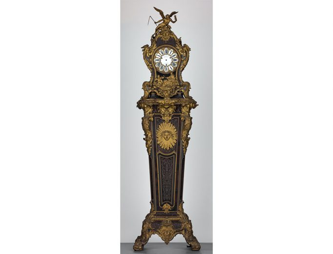 Pendule 73679-1 auf hohem Sockel 37628-2, Jean-Pierre Latz (zugeschrieben)<br>Paris ca. 1739<br>Foto: Hans-Peter Klut & Elke Estel<br>© Kunstgewerbemuseums, SKD